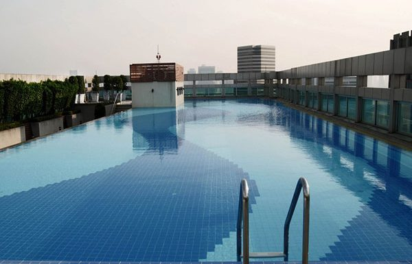 Baan-Klang-Krung-Siam-Pathumwan-Bangkok-condo-for-sale-swimming-pool